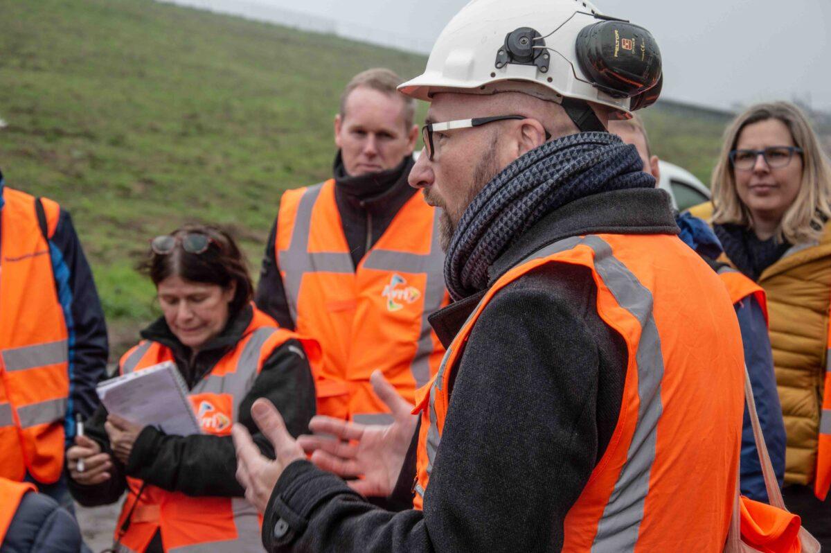 Statenleden, raadsleden, bestuurders doen inspiratie op tijdens energie-excursie